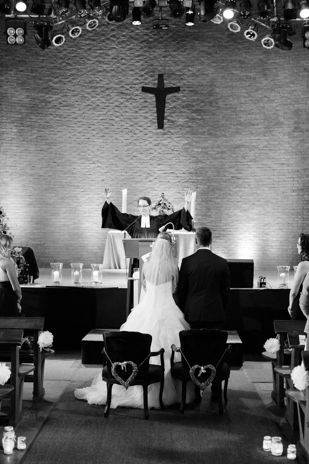 Hochzeitsgottesdienst in der Apo Tackenberg - Segen von Vikarin Janina Roth