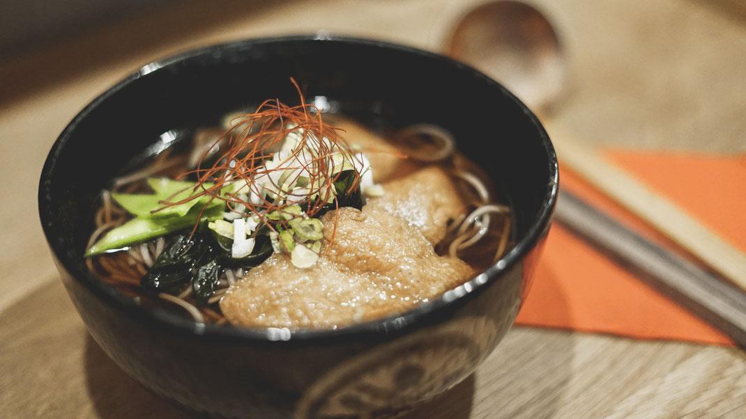 Kitsune Soba (Suppentopf mit Seetang und Tofutaschen - vegan)