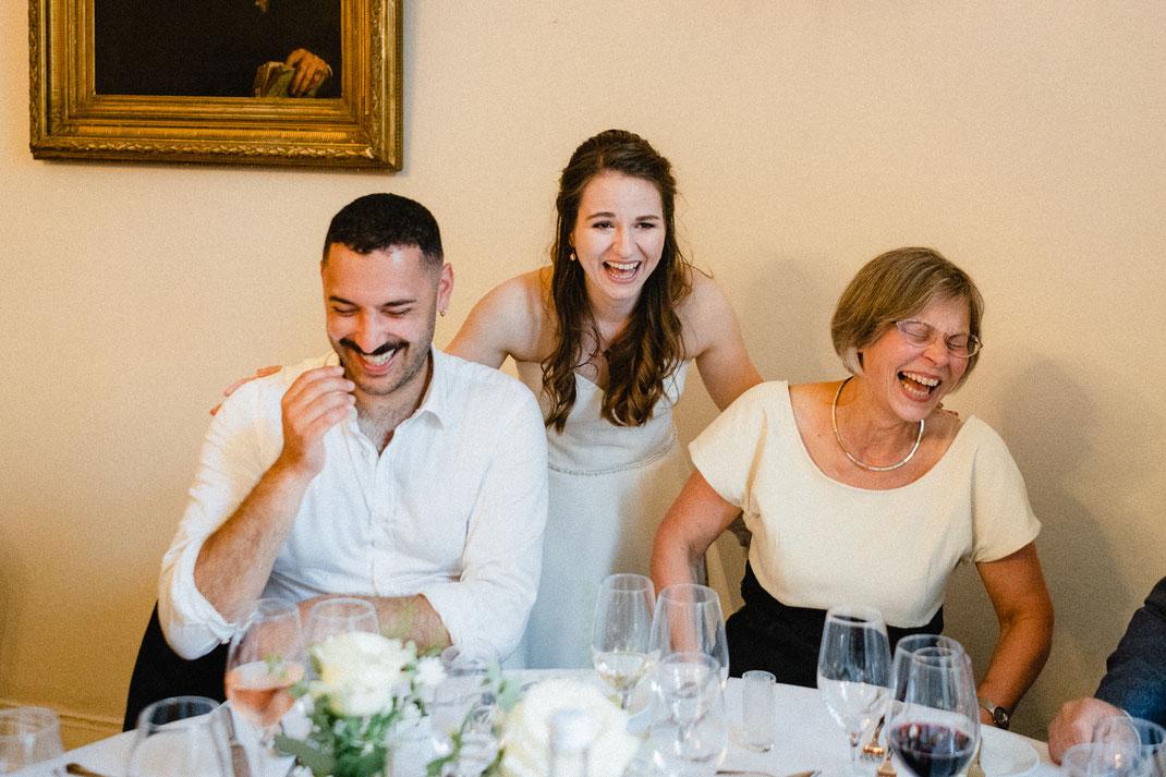 Rede Braut fröhlich Lachen Brille