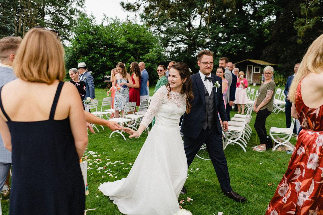 Marsch Brautpaar Mittelgang Hochzeit draußen Trauung