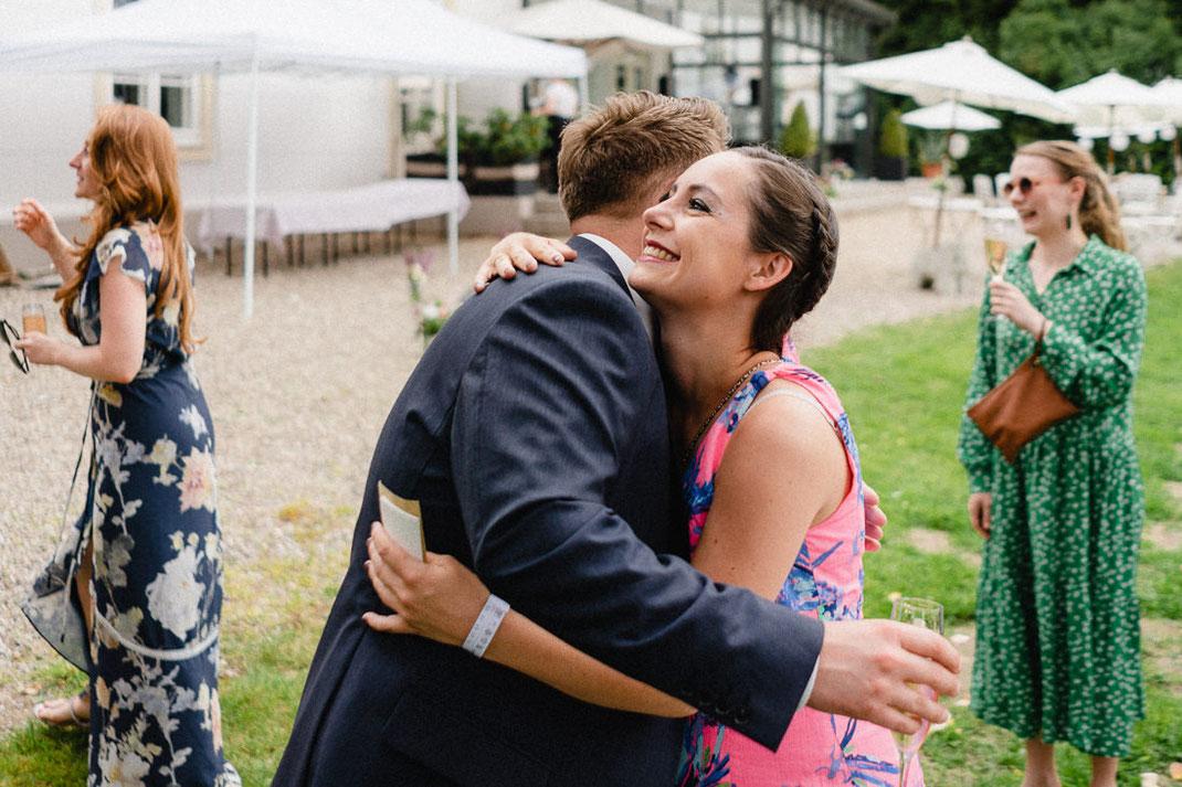 Umarmung Hochzeit Fröhlich Anzug blau Kleid grün