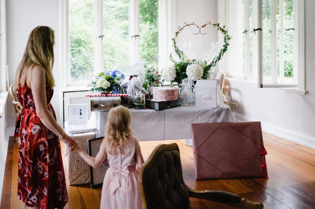 Geschenke Hochzeitstisch Mädchen Staunen