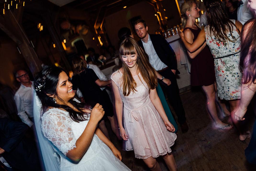 Trauzeugin tanzt mit Braut Party