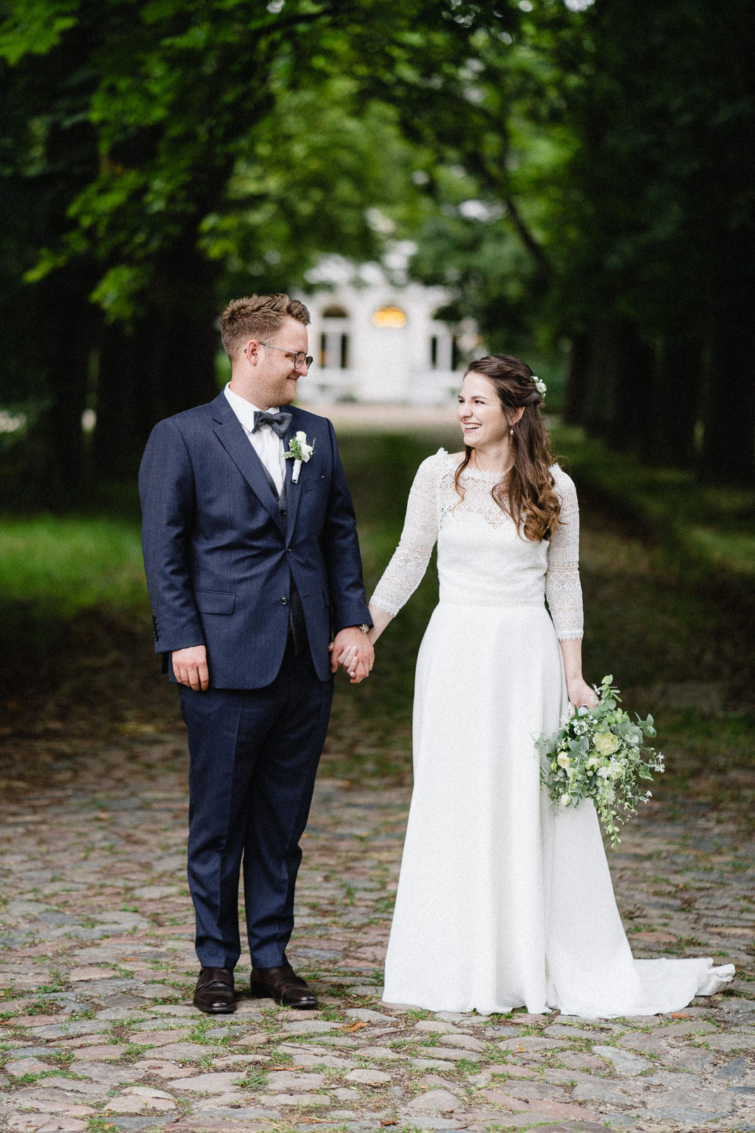 Brautpaar Pflastersteine Wald Allee