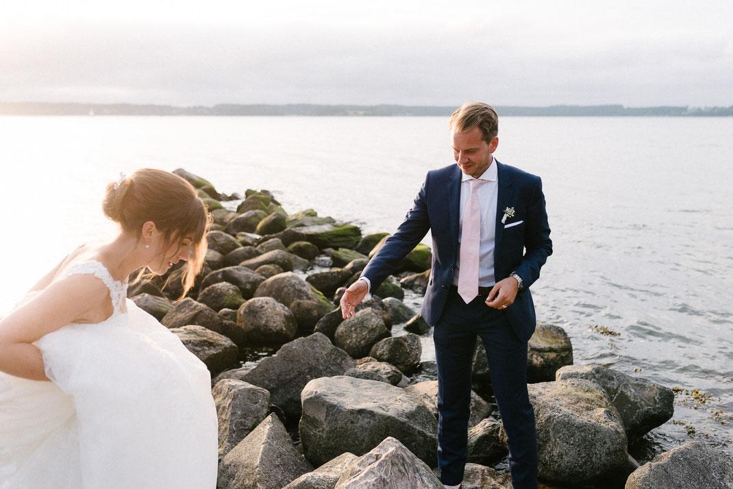 Bräutigam bittet zum Stein