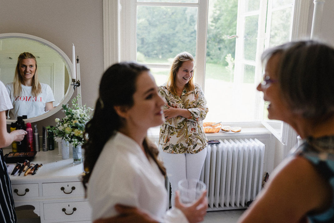 Freude beim Getting Ready Glas weiß Hochzeit