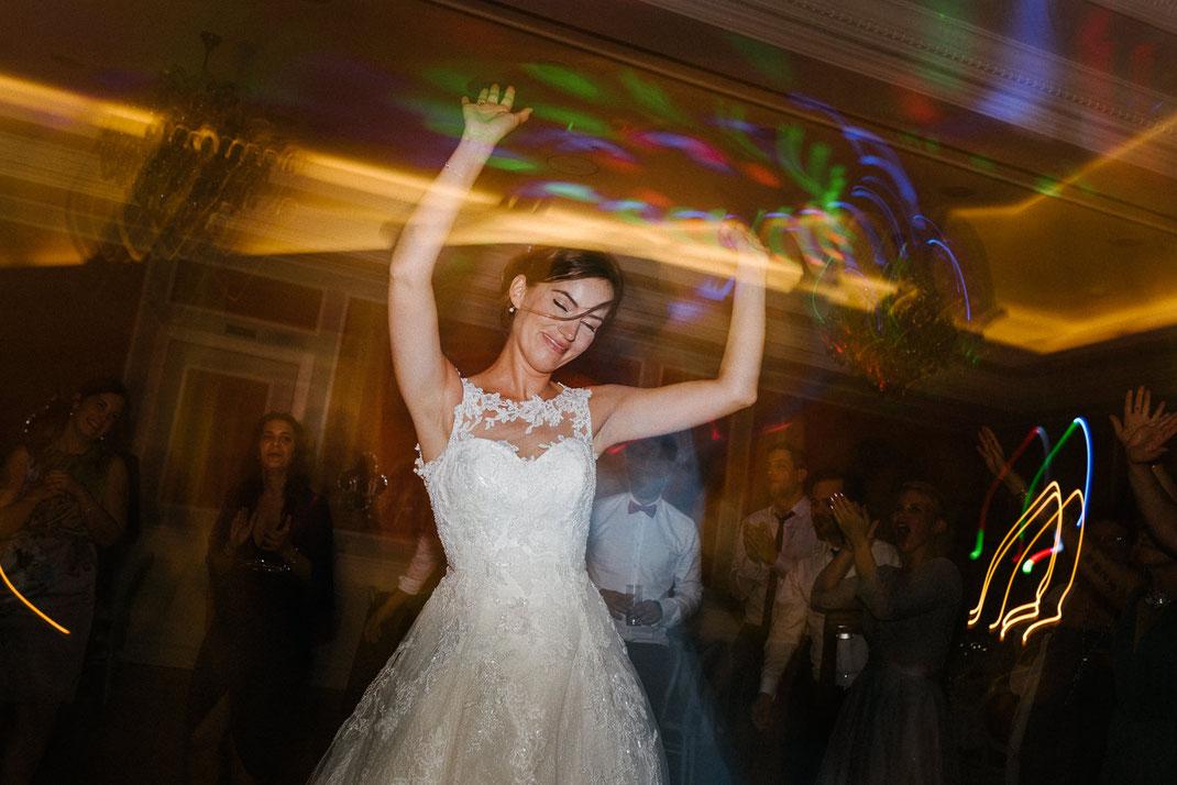 Braut tanzt auf Hochzeit
