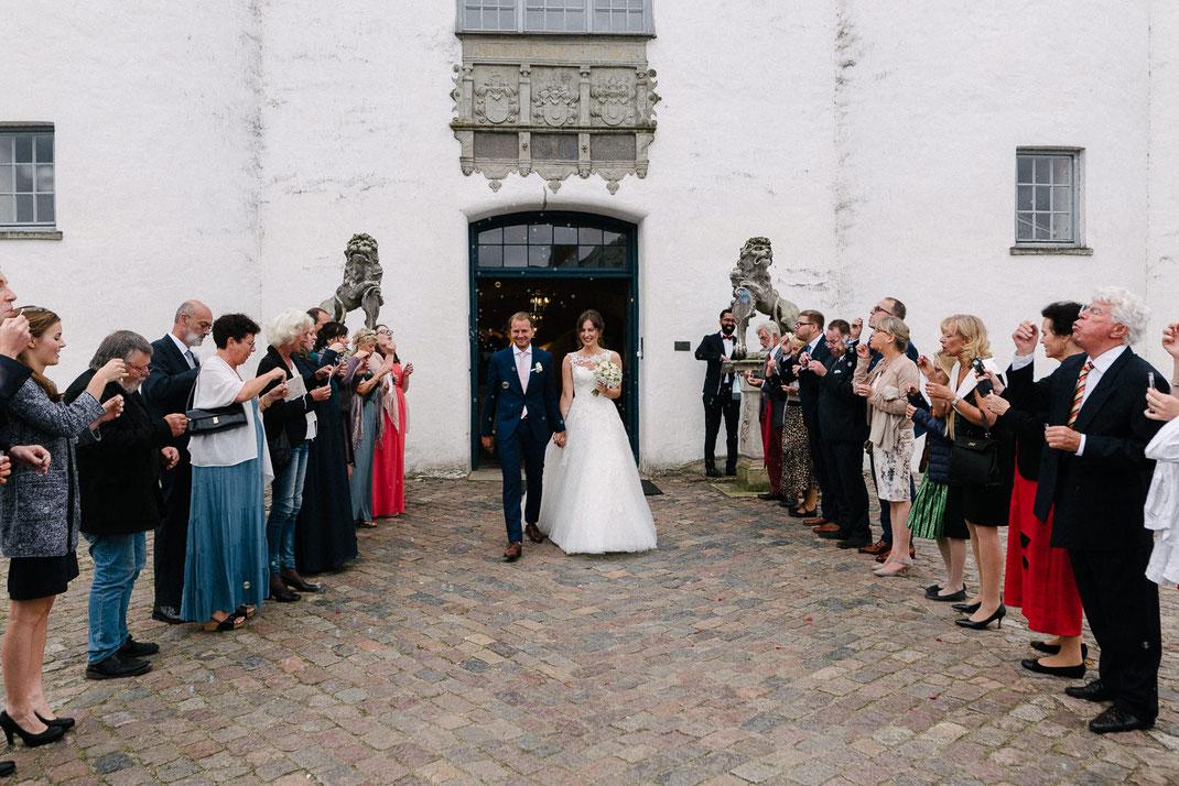 Menschen die mit Seife blasen Hochzeit