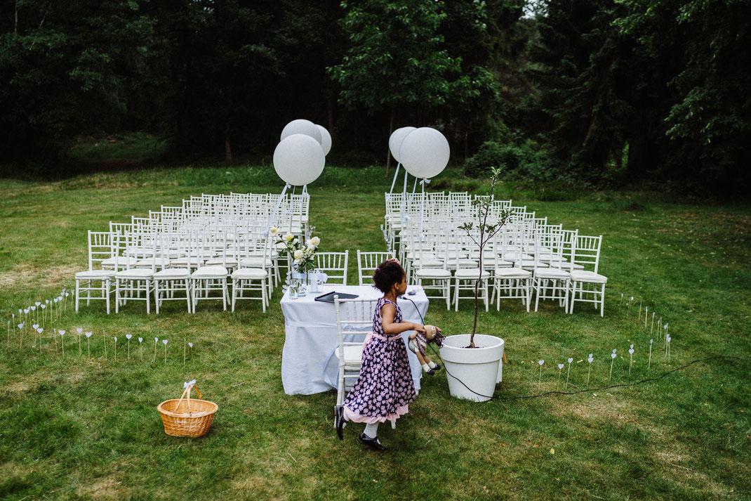 Stühle weiß Hochzeit Mölln Trauung