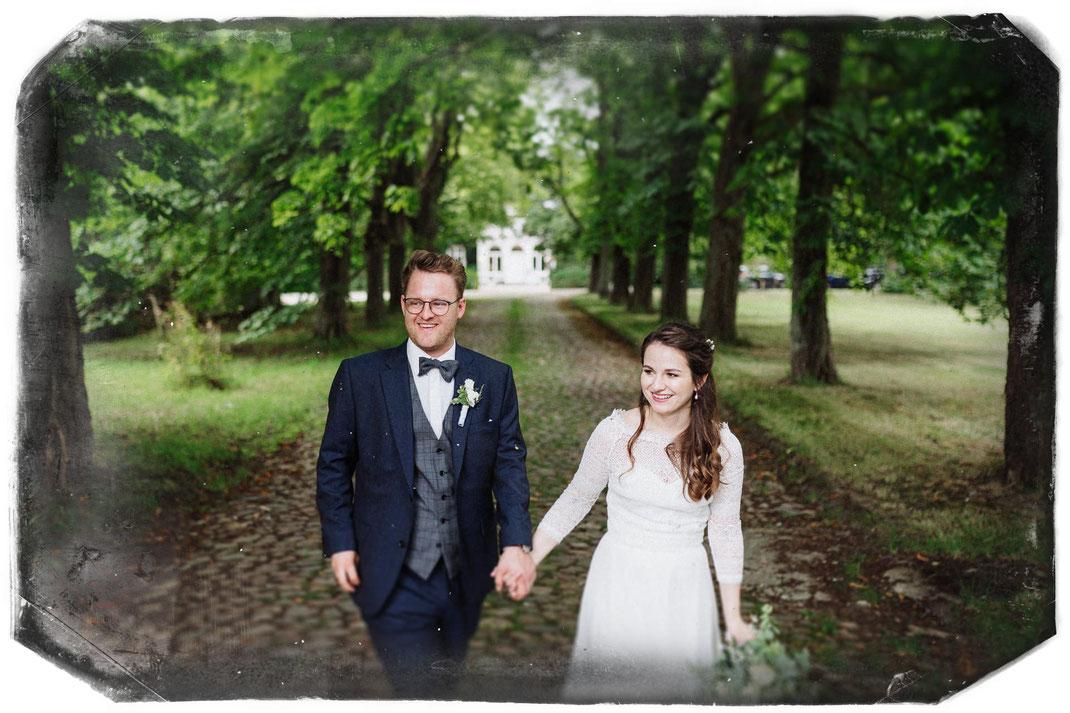 Hochzeitsbilder Fotograf Gut Bliestorf Allee Bäume Rasen