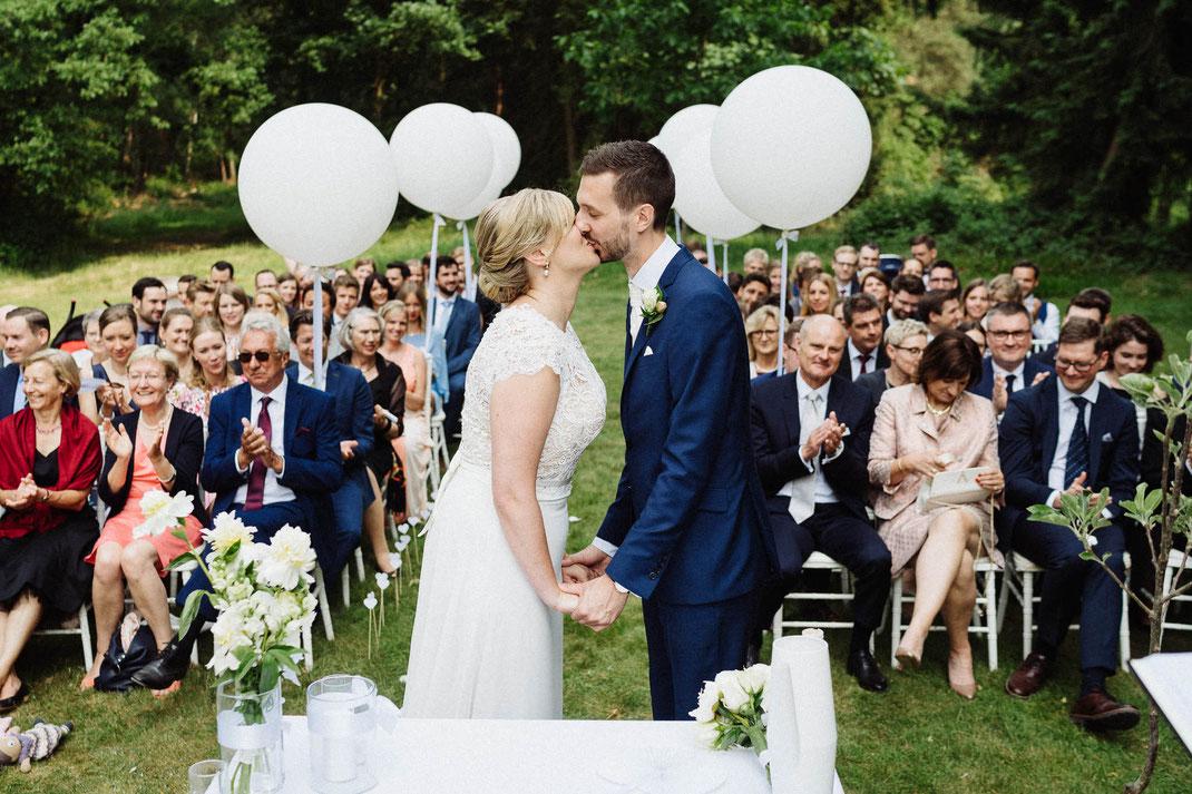 Kuss Hochzeit Trauung draußen