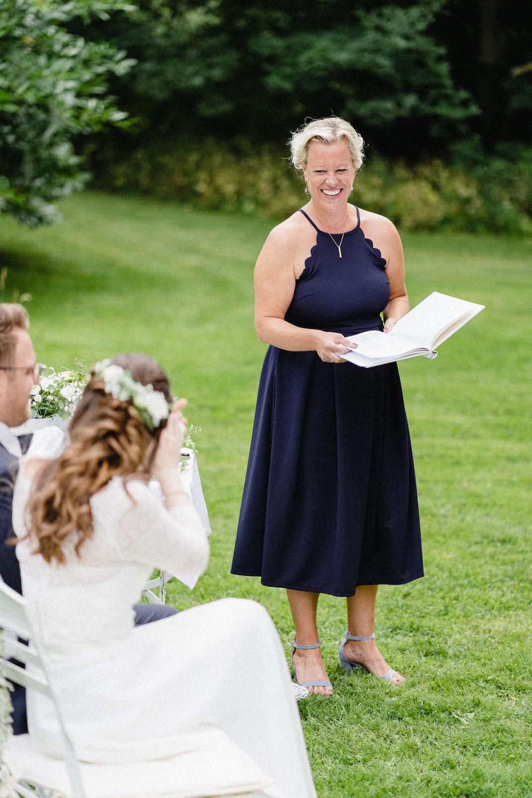 Lachen Blond Rede Kleid Blau Skript