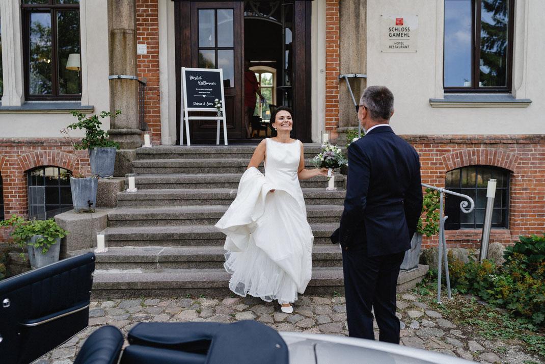 First Look Freude Braut Vater Treppen