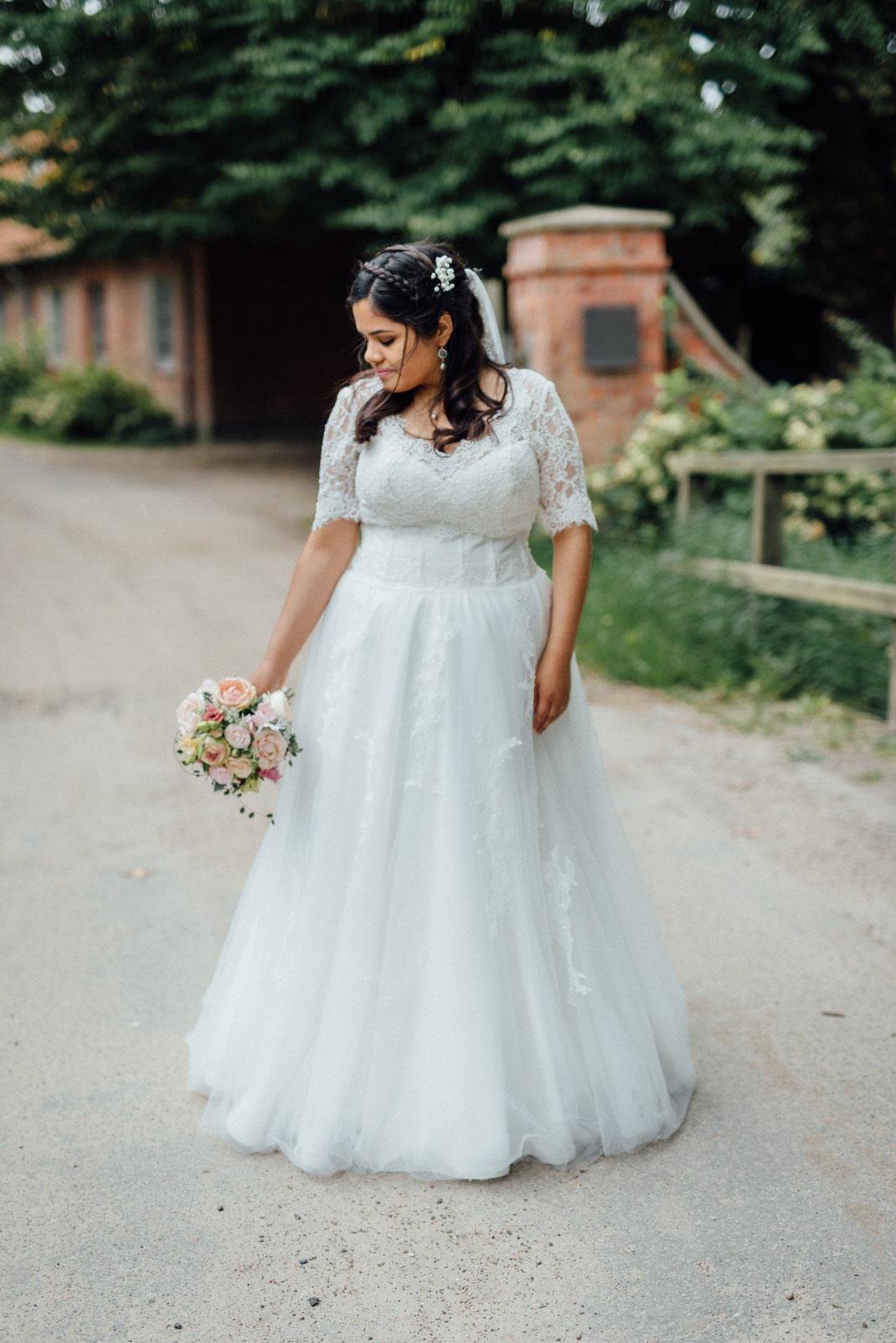 Braut mit Strauß schaut nach unten