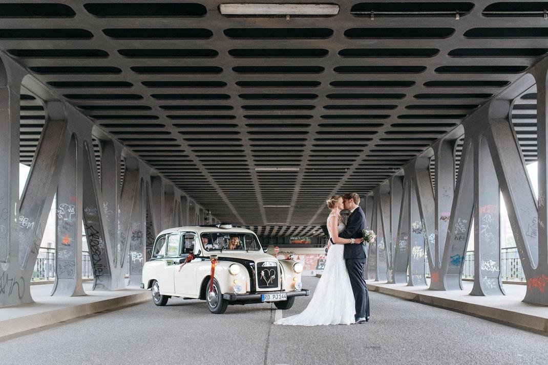 Hochzeit auf einer Hamburger Elbbrücke mit Oldtimer