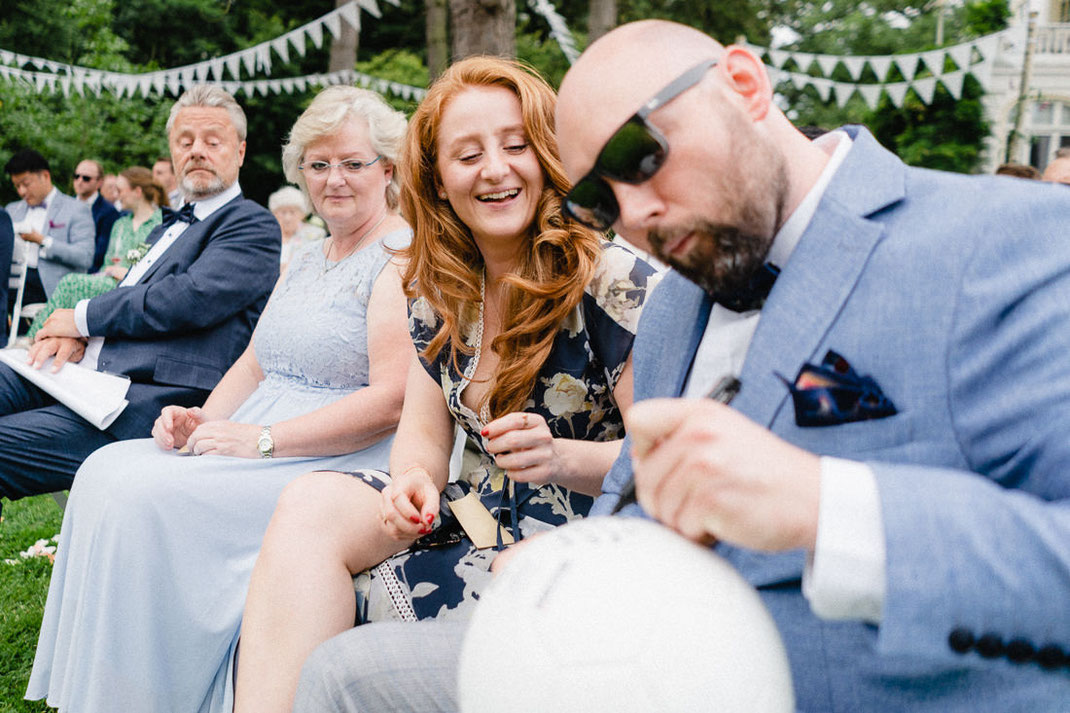 Ball Mann route Haare Sonnenbrille Schreiben Hochzeitsfotograf Hamburg