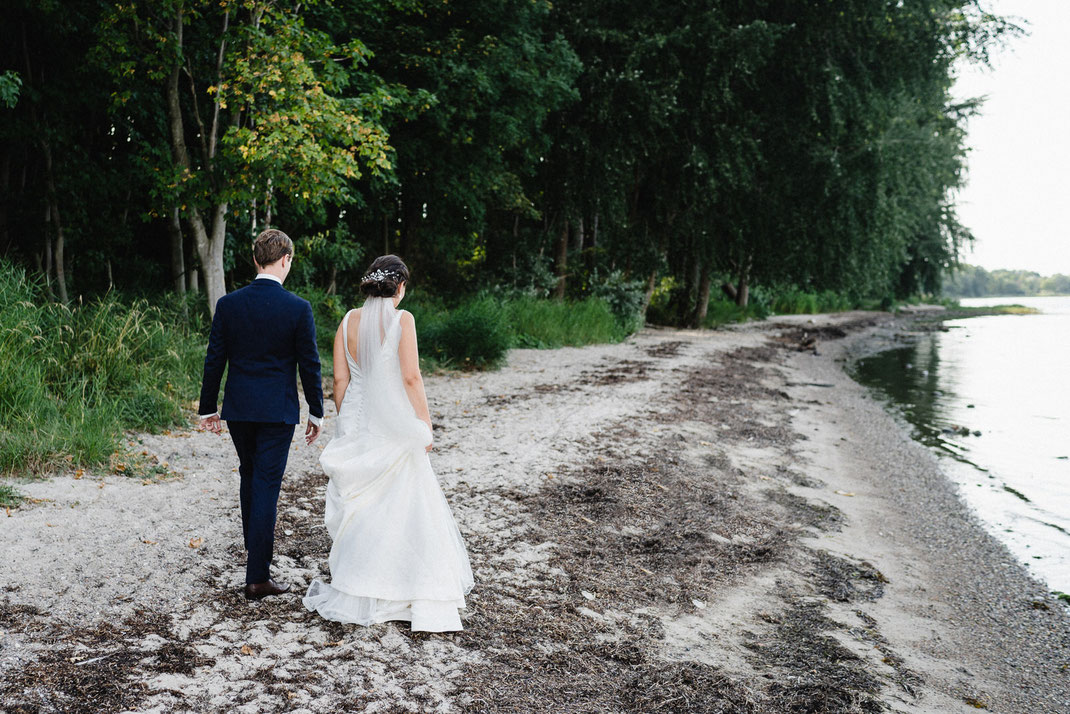 Brautpaar von hinten Strand Ostsee Bäume