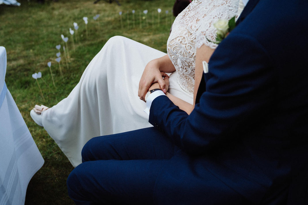 Hände Trauung Mölln draußen Paar