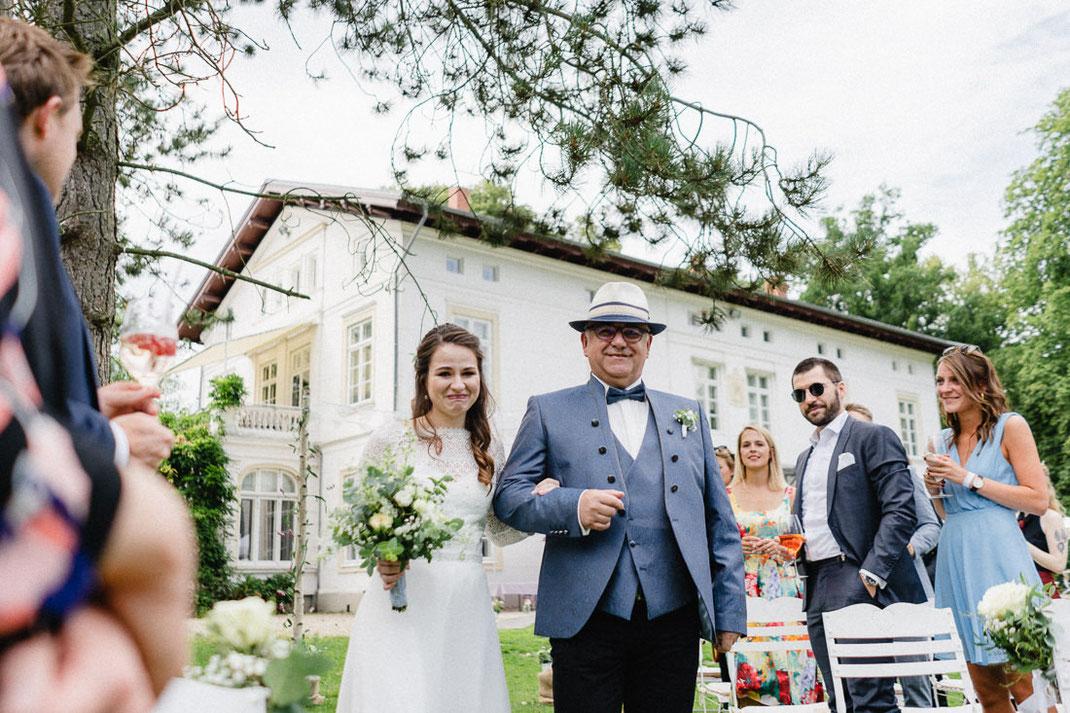 Einmarsch Braut Vater Hut Kleid Villa Fotograf