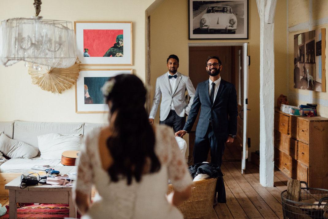 Freunde der Braut sehen sie als erstes und freuen sich über die Hochzeit