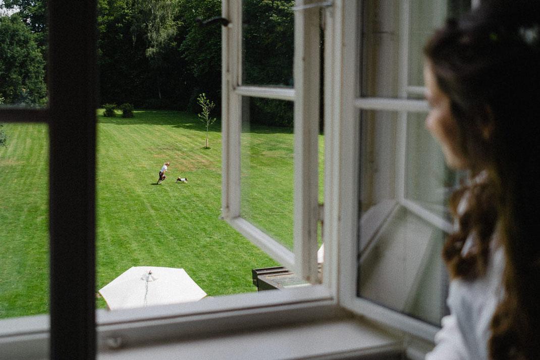Hund rennen Kleid Fenster auf