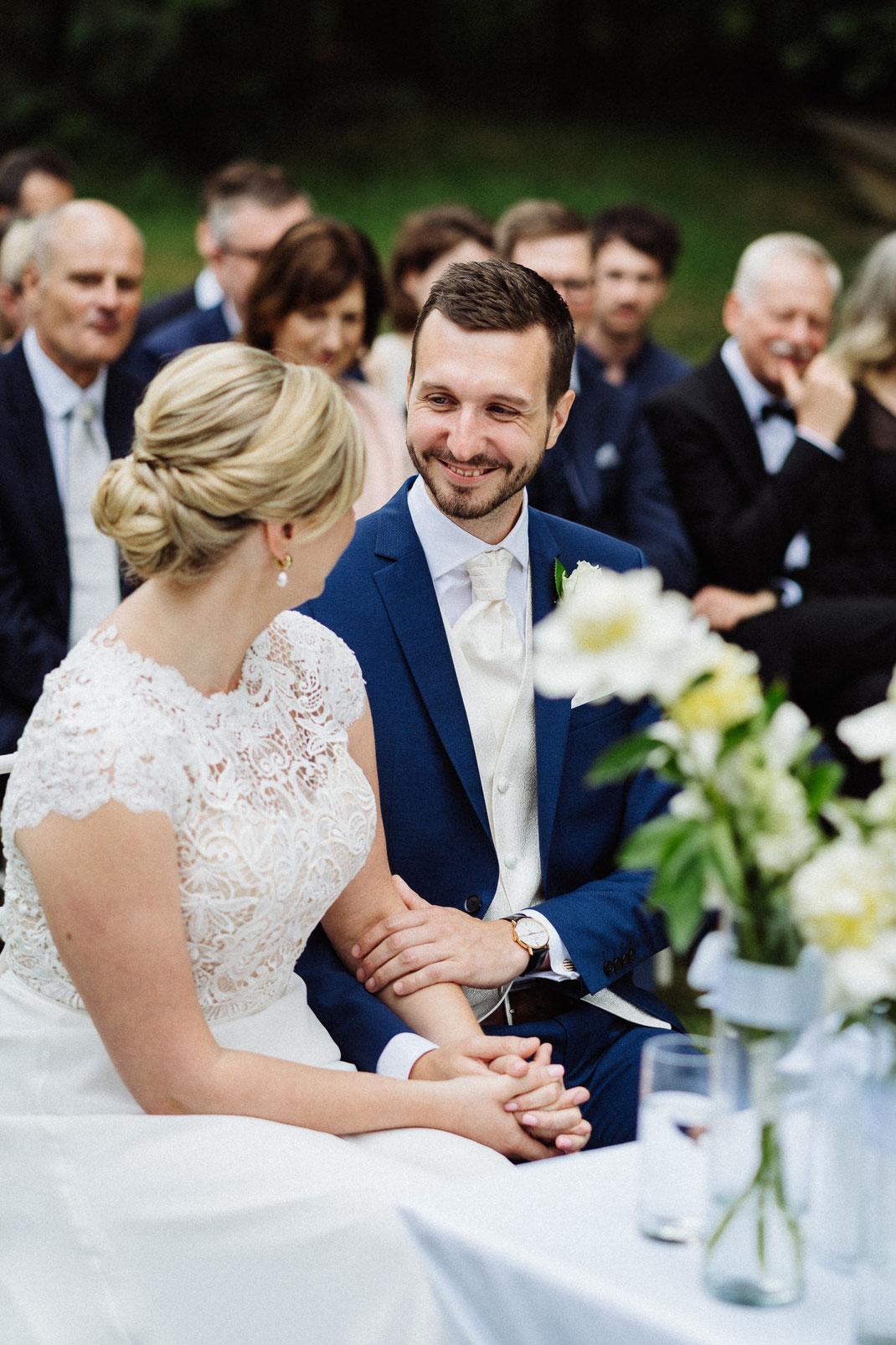 Paar Bräutigam Trauung umarmen