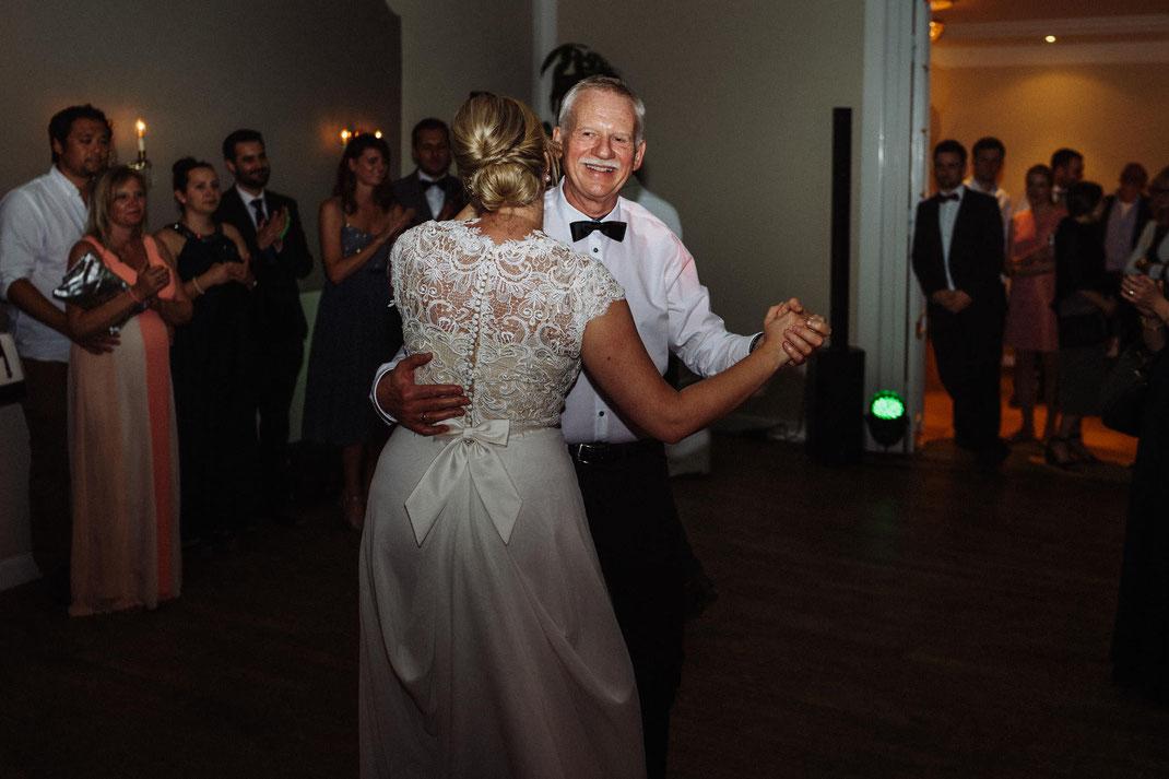Vater der Braut Tanz Kleid fröhlich