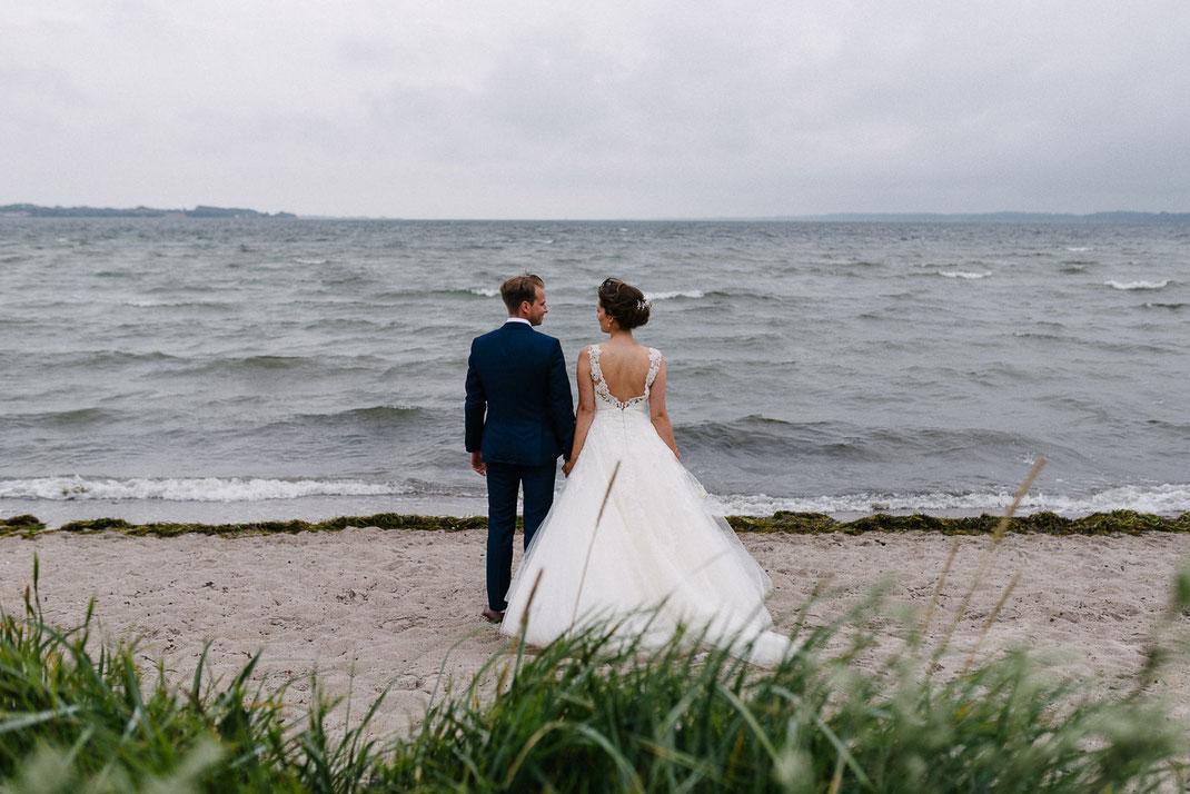 Paar schaut aufs Meer