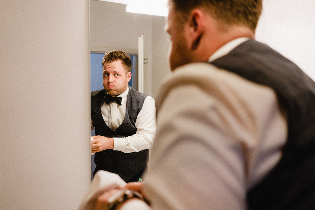Fliege Spiegel Grimasse Mann Haare Hochzeitsbild