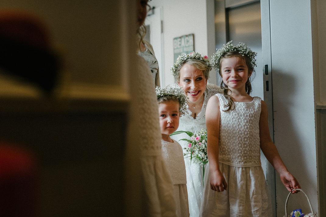 Blumenkinder warten mit Braut Blumenschmuck Kleid Sankt Peter Hochzeit