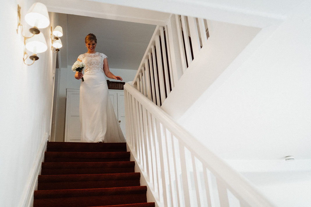 Braut läuft die Treppe hinunter