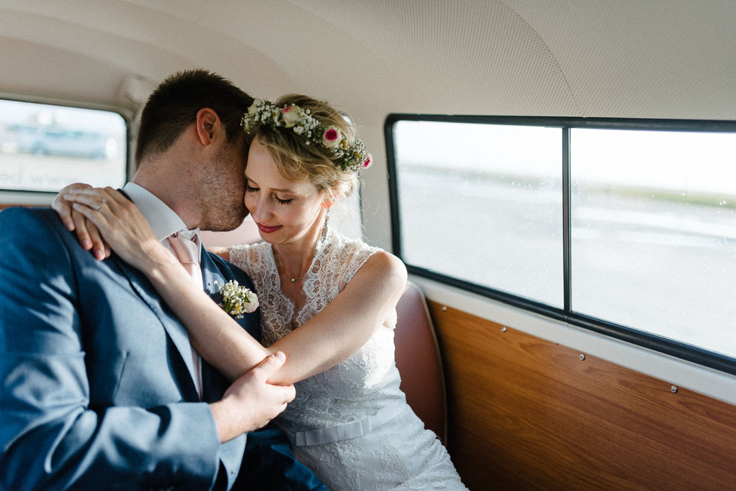 Umarmen Fenster Auto Paar Braut
