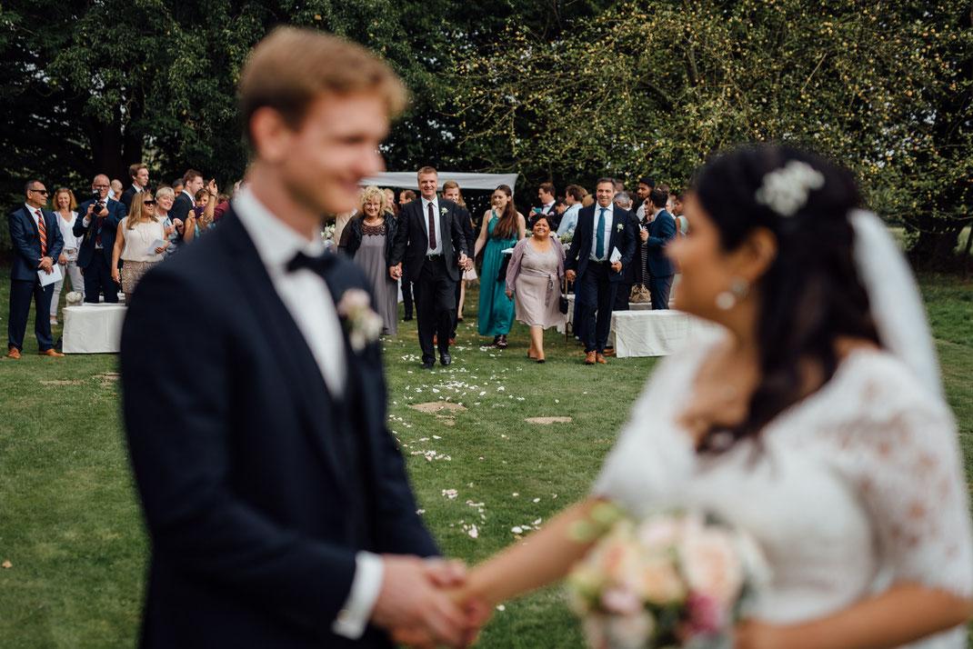 Blick zurück Brautpaar Hochzeit