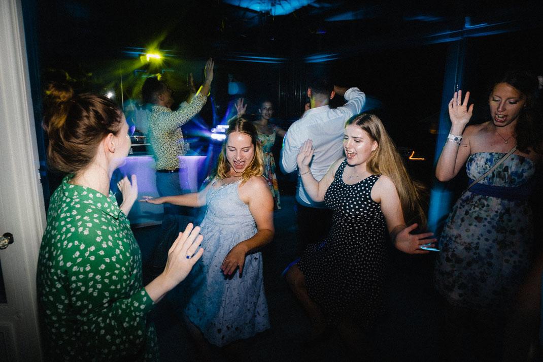 Tanzen Hochzeit Party Frauen Länder hoch gepunktet Kleid