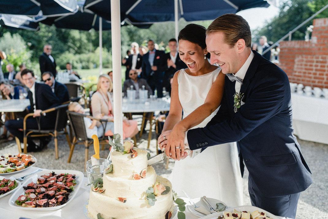 Torte Hochzeit Anschnitt Brautpaar