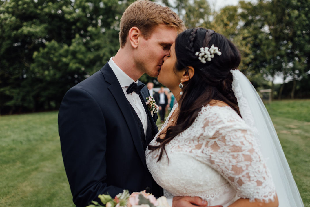 Kuss nach dem Auszug Brautpaar