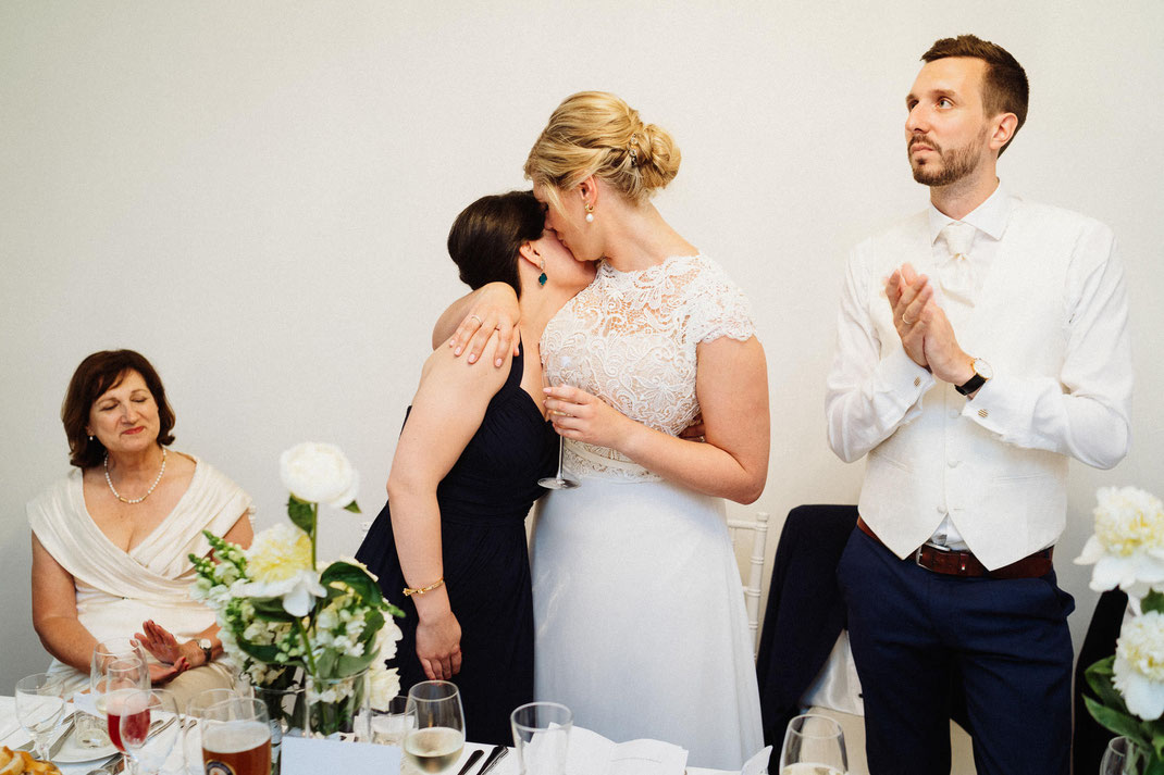Kuss Braut Trauzeuge
