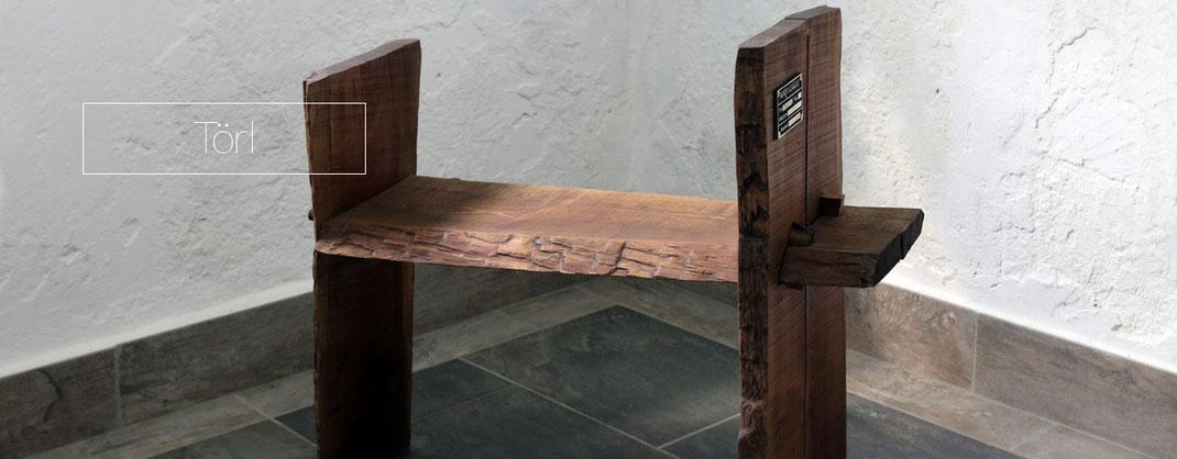 Sitzbank aus rustikalem Holz