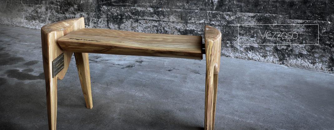 Beistelltisch aus Naturbelassenem Holz