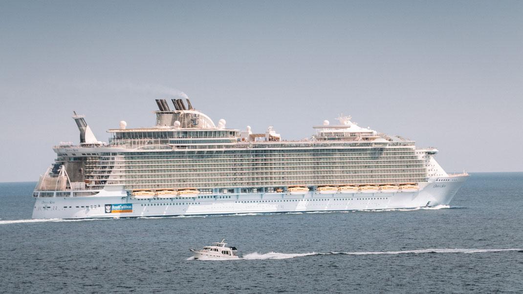 Die Oasis of the Seas von Royal Caribbean beim Auslaufen aus Palma de Mallorca, Spanien
