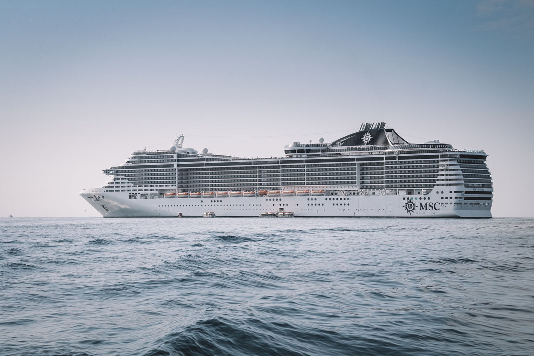 Die MSC Divina vor Anker in Cannes und dies ohne Anker, dank dem Dynamic Positioning System an Bord