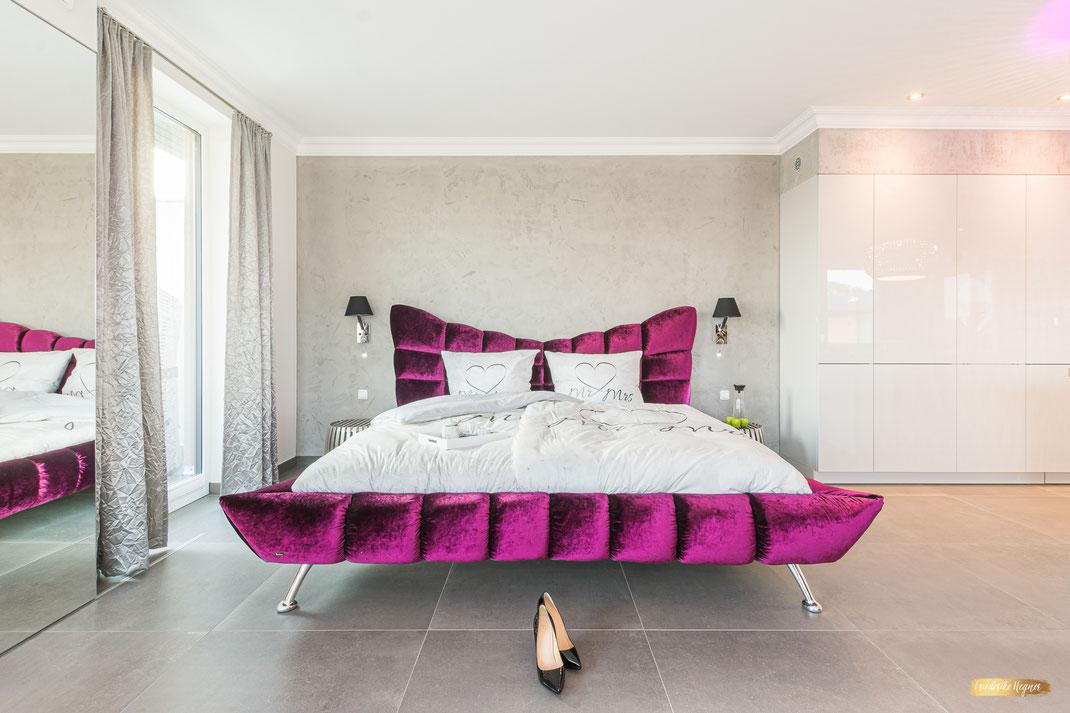 Penthouse Dolce Vita | Interieurfoto | Schlafbereich farbiges Bett von Bretz