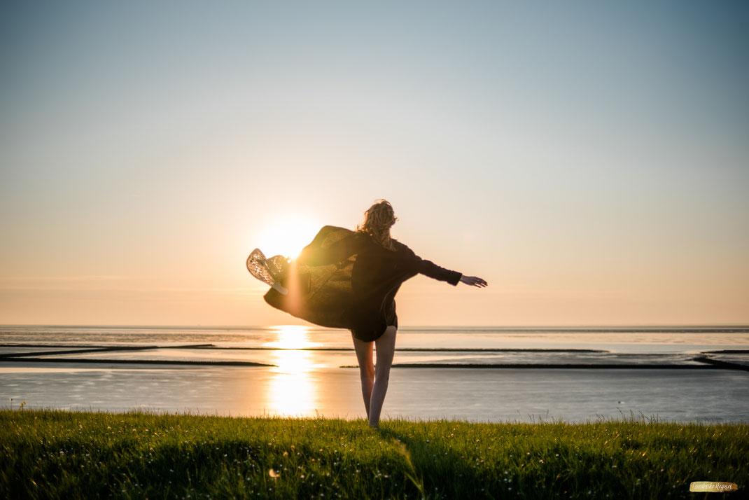 explore Romantik Hotel - Frau im Sonnenuntergang auf den Dünen