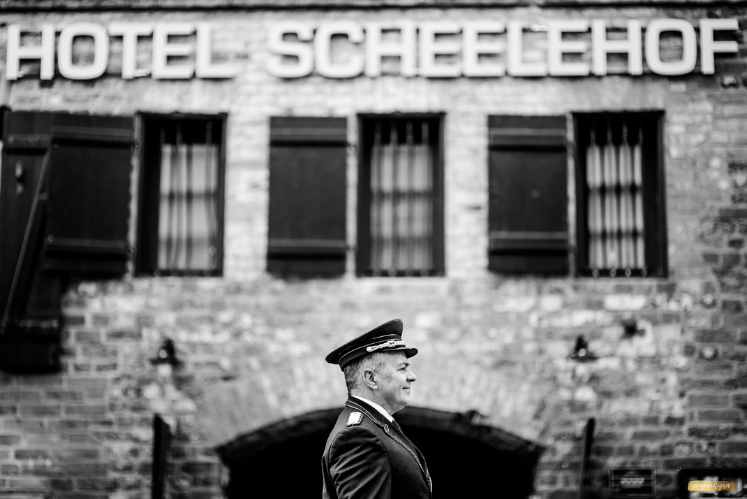 Concierge vor Hoteleingang - Romantik Hotel Scheelehof in Stralsund Hotelfotografie