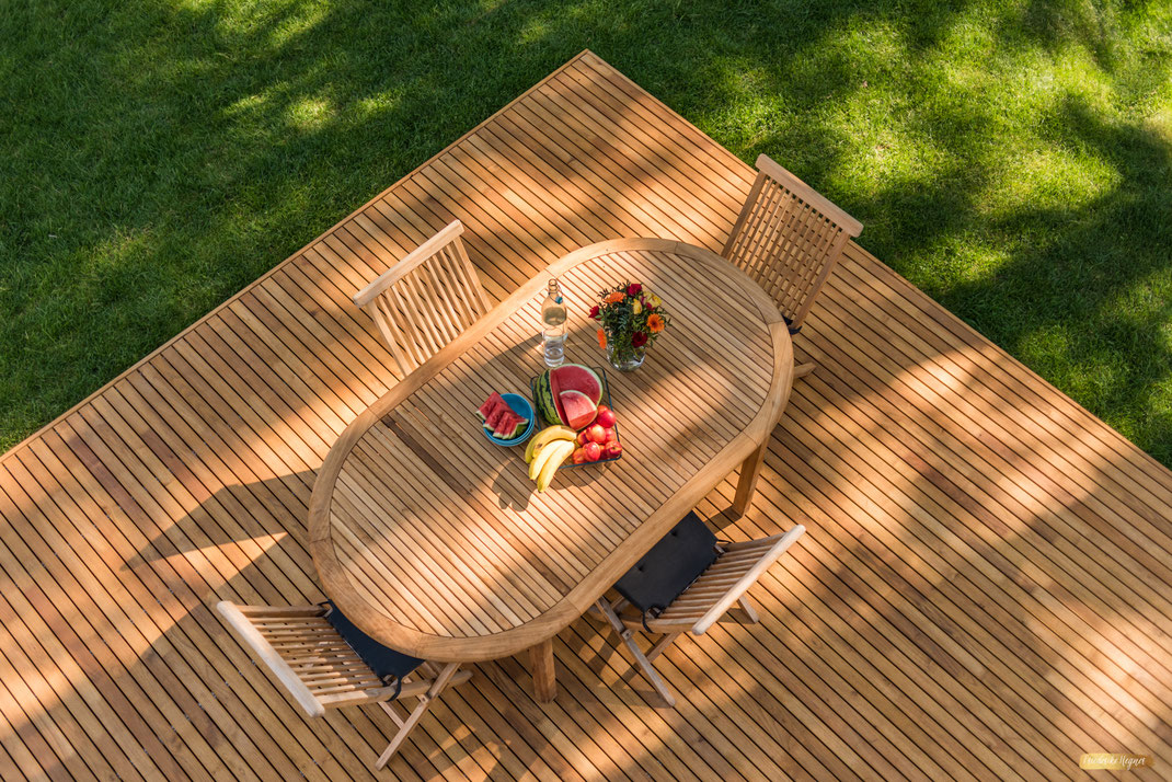 Ferienwohnung-Fotoservice.de Aufnahme Terrasse Ferienhaus in Born gedeckter Tisch mit Bananen Melone und Nektarine