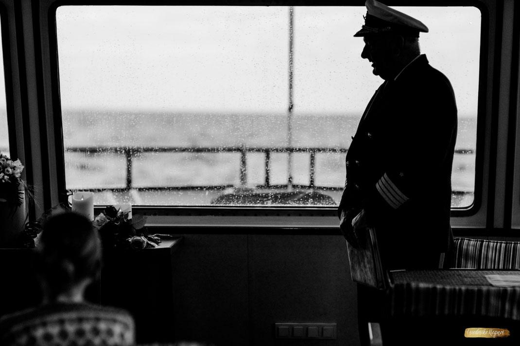 Bilder auf einer Beerdigung Seebestattung vor Warnemünde - Bild von Trauer - Kapitän