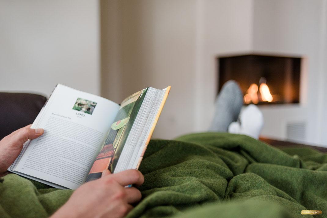 Ferienwohnung-Fotoservice.de Bild Ferienwohnung Gast Urlaubsstimmung vor dem Kamin mit Buch
