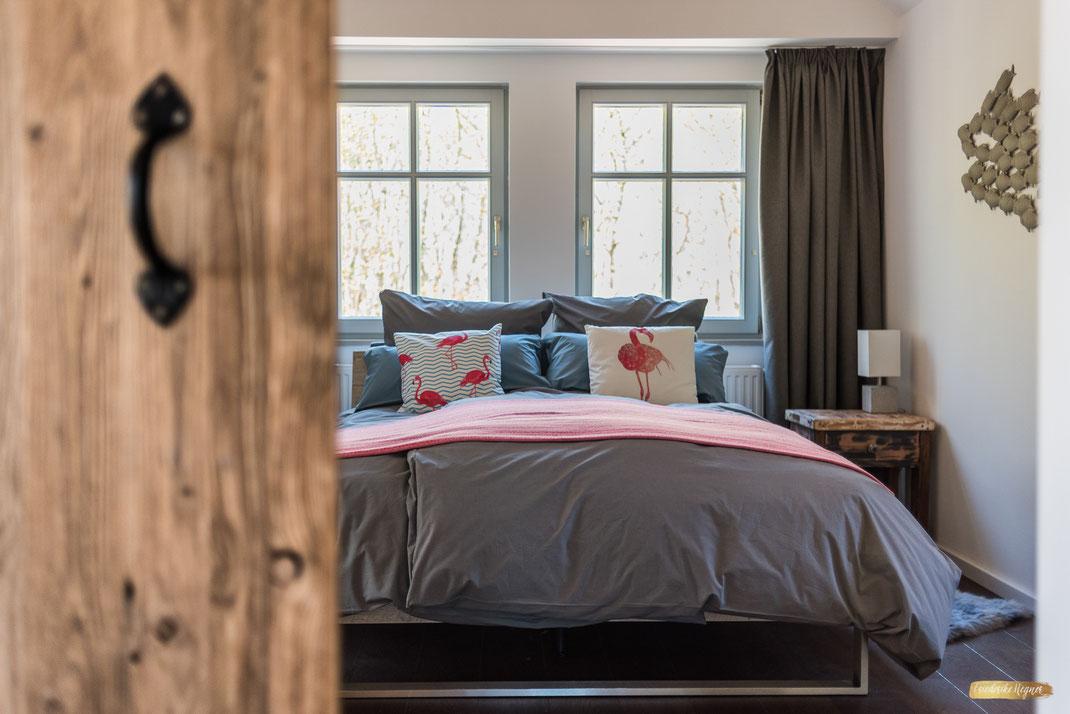 Einblick in ein Schlafzimmer einer Ferienwohnung an der Ostsee