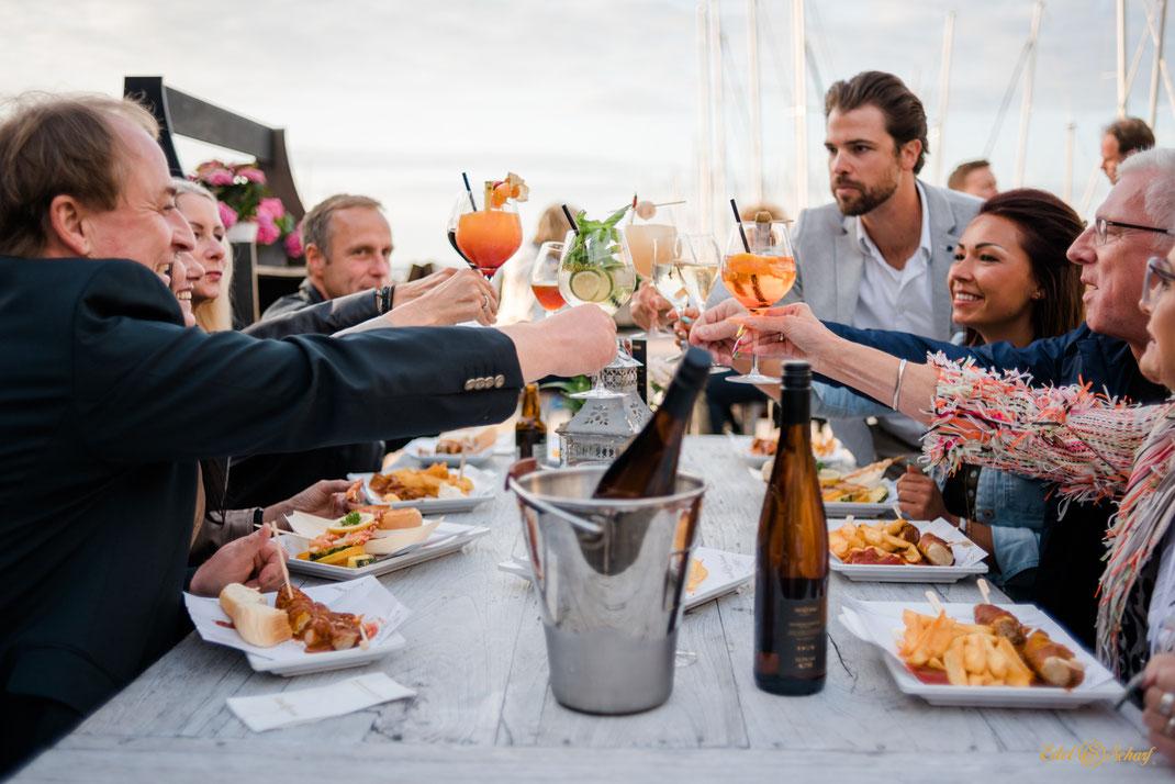 Fotografie für Restaurant Edel & Scharf Kühlungsborn - geselliger Tisch beim Essen