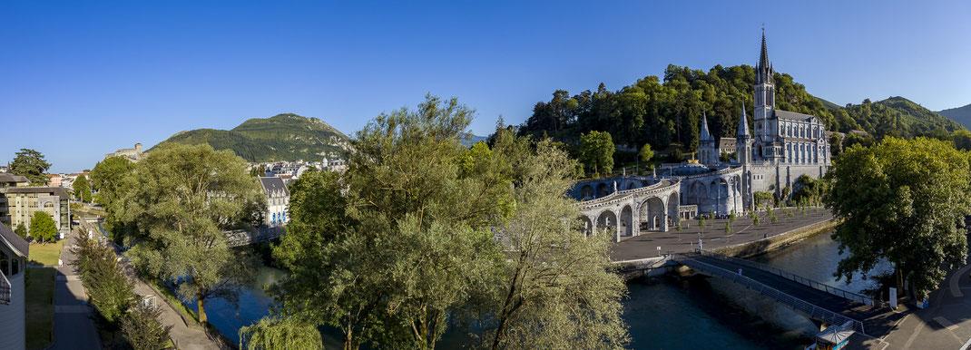 Le Sanctuaire Notre Dame de Lourdes, vue de la basilique supérieure, du château fort et du Pic du Jer